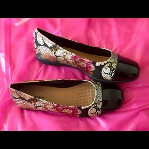 Classy tapestry flats by Comfortview. 9.5 wide New